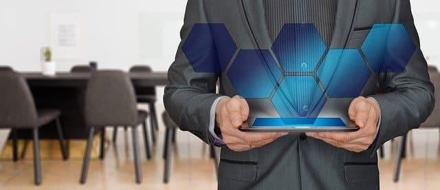 Ilustra un estratega en marketing digital trabajando